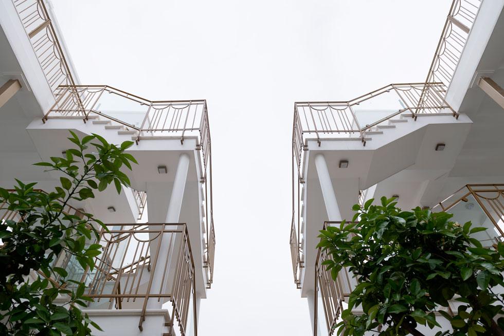 מהרחוב הפנימי יש גישה ישירה לדירות הקרקע, ולשמונה הדירות בקומות העליונות מובילים גרמי מדרגות חיצוניים ומעליות. ''רציתי שלכל דירה יהיו איכויות של וילה'',  אומרת האדריכלית נילי פורטוגלי, ''ולכן אין לובי משותף. יש סמטה, ונכנסים דרך חצר קטנה פרטית או מרפסת לכל אחת מהדירות'' (צילום: גדעון לוין)