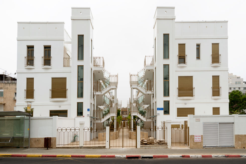 על המגרש ניתן היה לבנות בניין רגיל בן 12 דירות. במקום לתכנן גוש אחיד בחרה האדריכלית לפצל אותו לשני בניינים טוריים נפרדים, וביניהם רחוב פנימי (צילום: גדעון לוין)