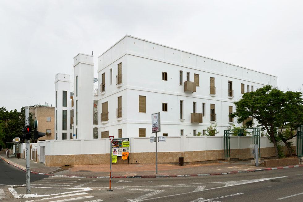 הבניין מזכיר מבנים תל אביביים משנות ה-20 וה-30 של המאה שעברה, עם חלונות שנמתחים כמעט לגובה כל הקומה ועיטורים קטנים (צילום: גדעון לוין)