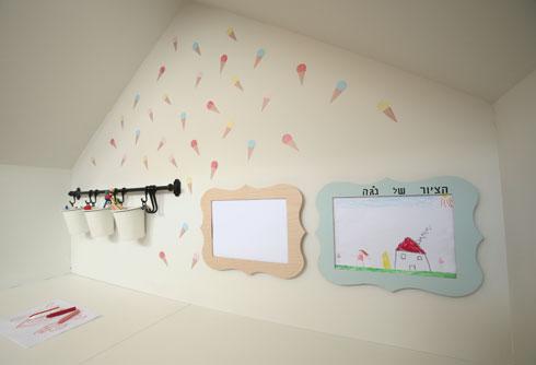 את בית היצירה ניתן לשדרג בעזרת מתלה לצבעים או מסגרות לציורים, כפי שעשיתי כאן, ולסיום להכניס מדבקות בגוונים פסטלים שיוסיפו קצת חיים (צילום: אלעד גרשגורן)