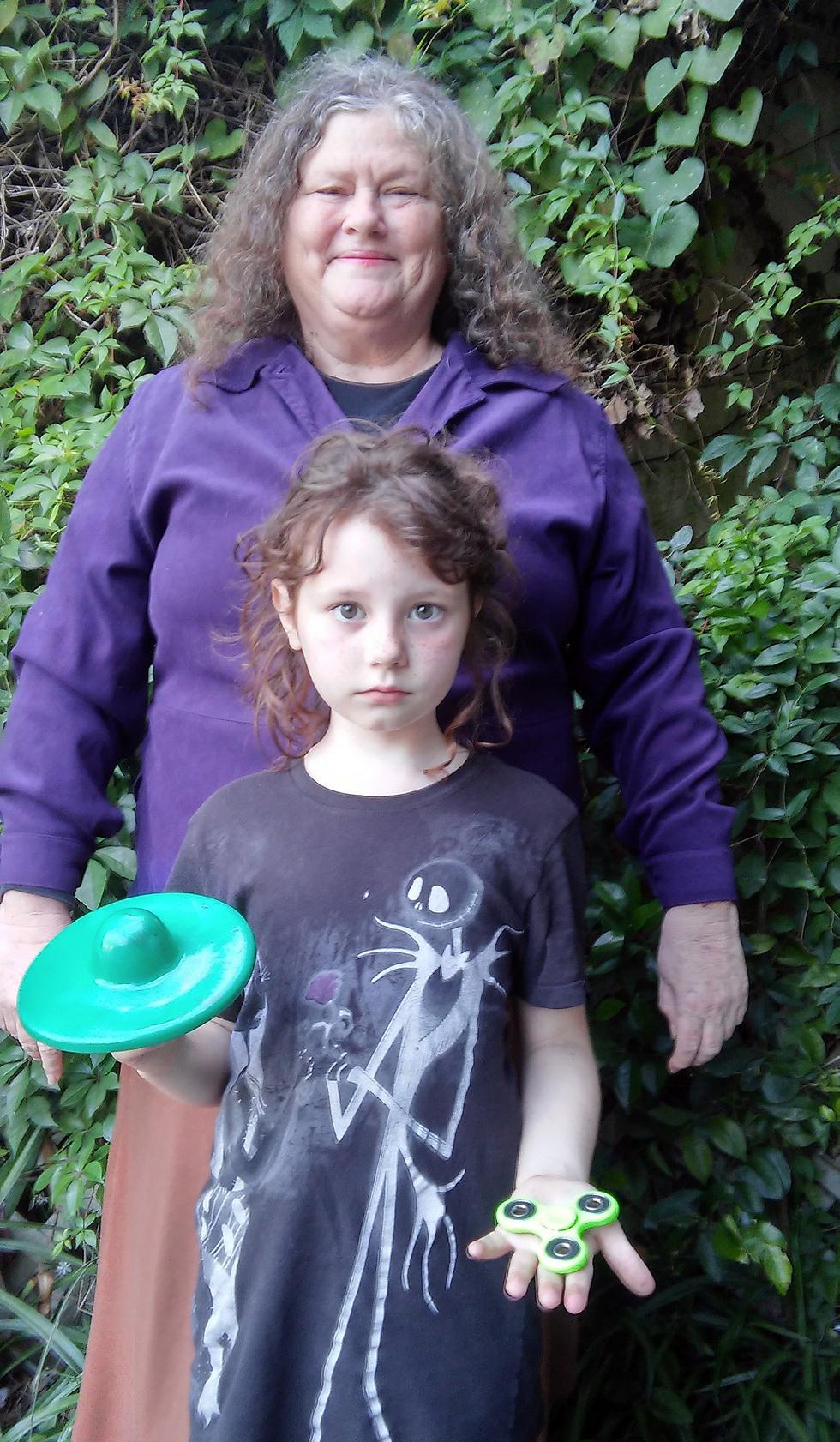 הטינגר עם נכדתה והספינר (צילום: ריצ'רד לסקומב)