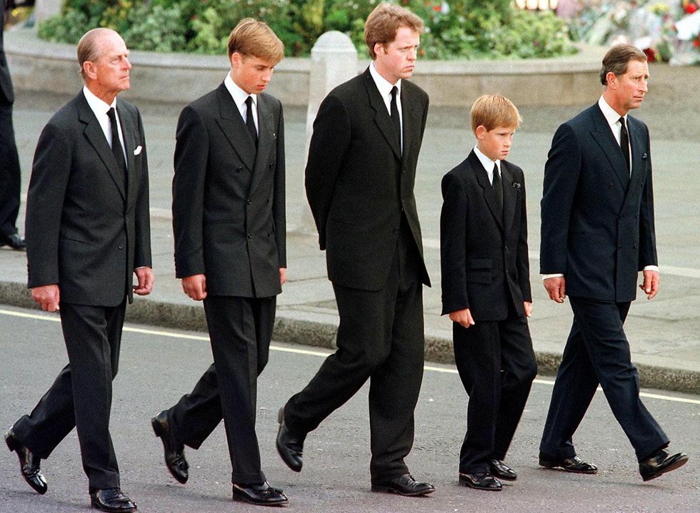 """""""חש ריקנות ביום האם"""". הנסיך וויליאם (שני משמאל) בהלוויית הנסיכה דיאנה (צילום: AFP) (צילום: AFP)"""