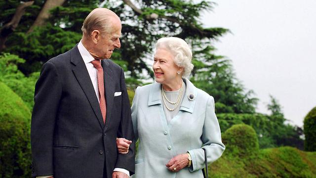 שוברים שיאים, גם של חמידות. המלכה אליזבת והנסיך פיליפ (צילום: רויטרס) (צילום: רויטרס)