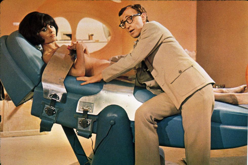 """""""כולם חושבים שבאמת הייתי ערומה בסצנה הזו. זה מצחיק אותי, השתגעתם? אני ילדה טובה"""". לביא עם וודי אלן ב""""קזינו רויאל"""", 1967 (צילום: rex/asap creative)"""