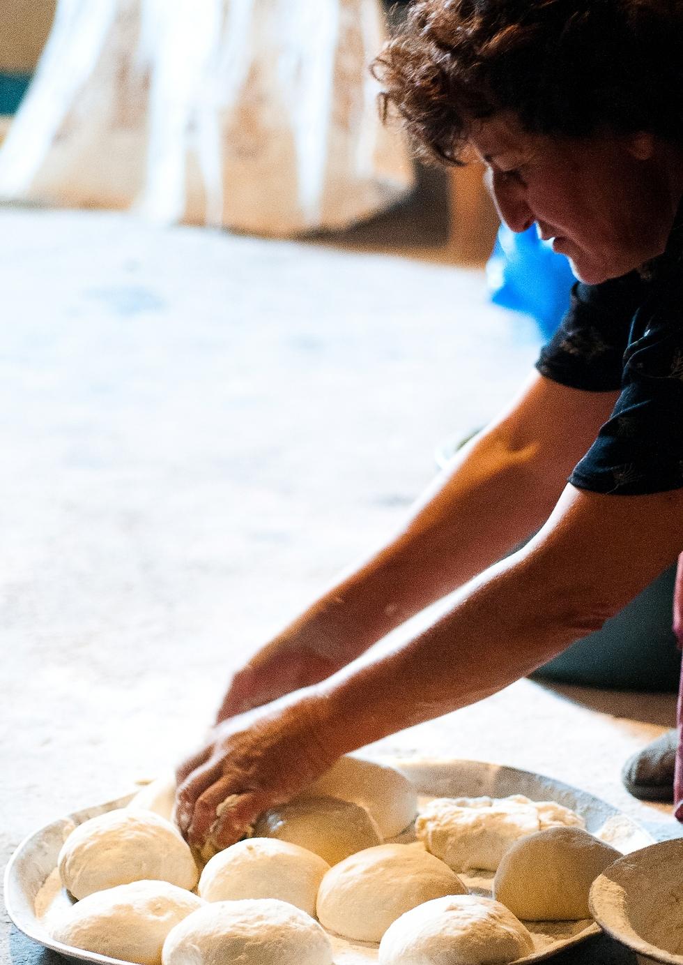 הכנת לחם בארמניה  (צילום: איה בן עזרי) (צילום: איה בן עזרי)