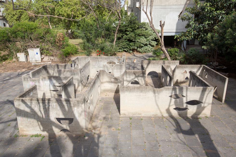את החצר חוצה שביל מרוצף, שבסופו מבוך מבטון חשוף. הוא מאפשר לילדים לשחק, ומעניק למבוגרים סוג של יצירת אמנות מופשטת ומסקרנת (צילום: דור נבו)