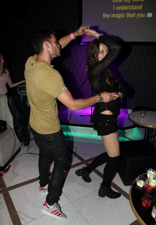 ריקוד בין חברים (צילום: אור גפן)