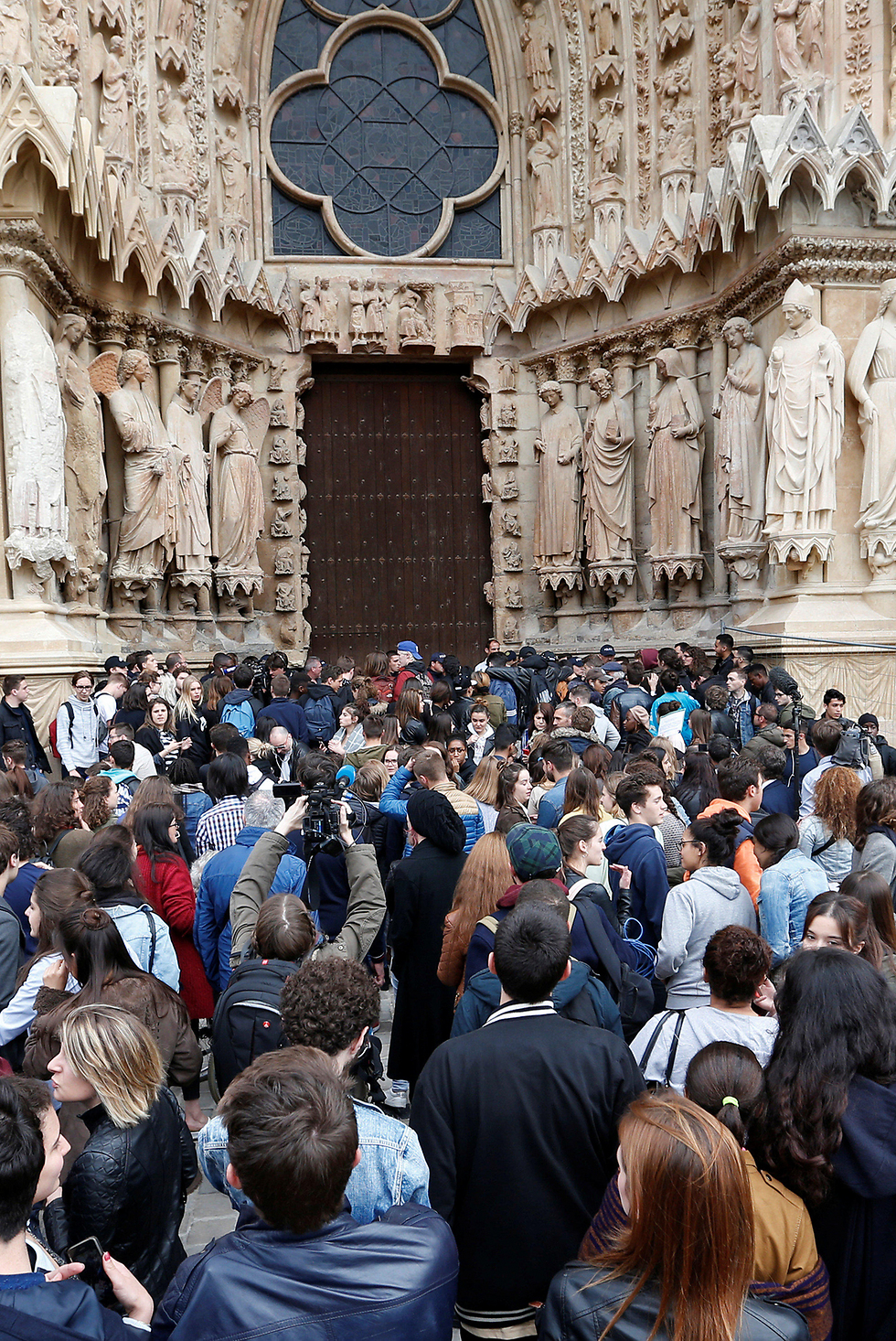Protestors await to boo Le Pen (Photo: Reuters)