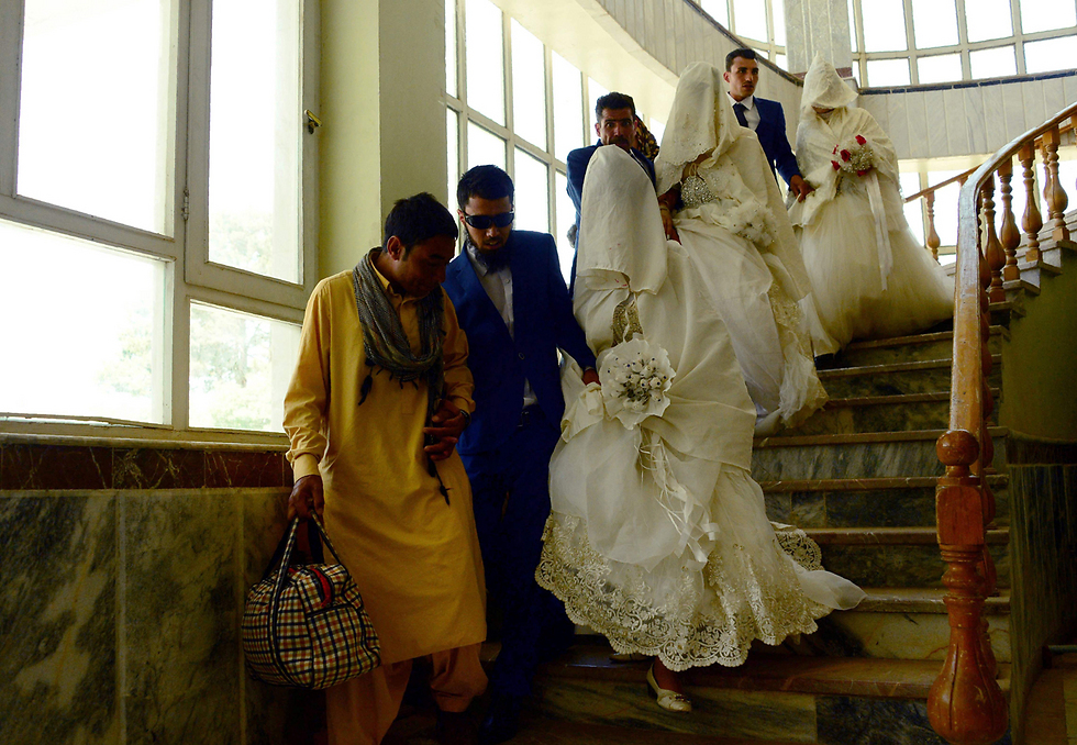 22 זוגות צעירים השתתפו בטקס חתונה המוני בעיר הראט שבאפגניסטן (צילום: AFP)