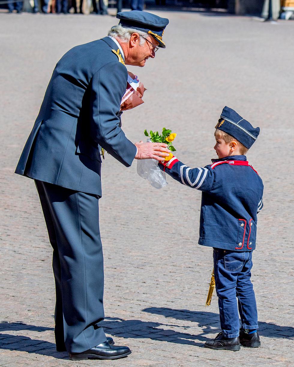 ילד מעניק פרח למלך שבדיה קרל השישה עשר גוסטב לרגל יום הולדתו ה-71 (צילום: MCT)