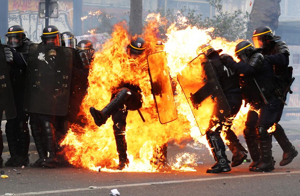 עימותים אלימים ביותר פרצו בצרפת במהלך חג הפועלים, 1 במאי. שלושה שוטרים נפצעו בפריז, אחד מהם באורח קשה, מבקבוקי תבערה שהושלכו לעברם מצד המפגינים (צילום: AFP)