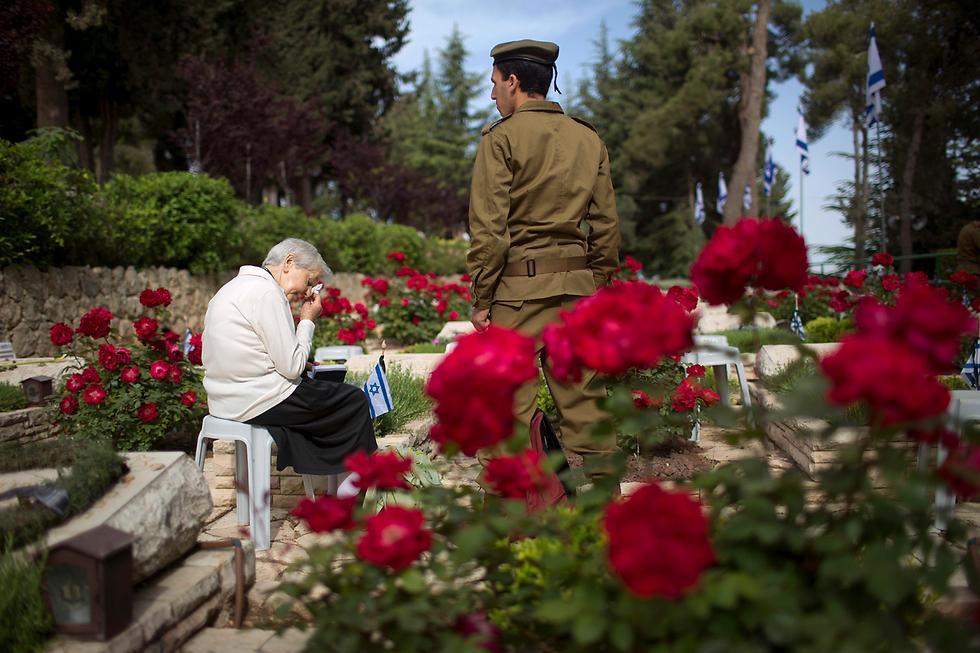ישראל הרכינה את ראשה לזכר חללי מערכות ישראל ונפגעי פעולות האיבה. בתצלום: בית העלמין הצבאי בהר הרצל, ירושלים (צילום: AP)