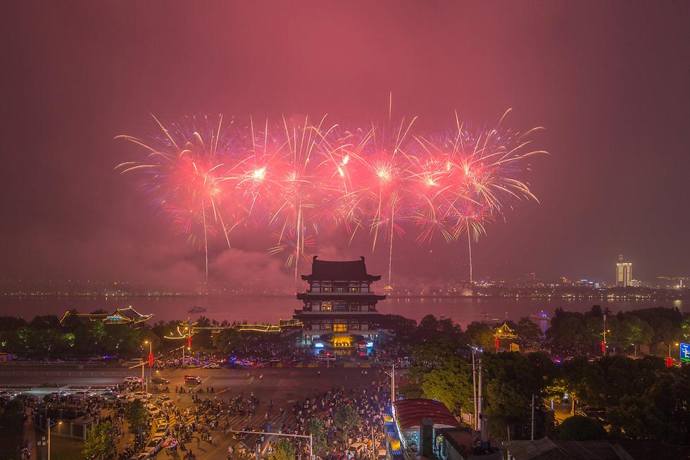 זיקוקי דינור בשמיים במהלך חגיגות 1 במאי בעיר צ'אנגסה שבסין (צילום: רויטרס)