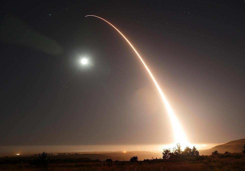 """צבא ארה""""ב ערך ניסוי שני תוך שבוע בשיגור טיל בליסטי בין-יבשתי. הטיל שנשא ראש נפץ דמה שוגר מבסיס חיל אוויר אמריקני בקליפורניה ופגע במטרה באוקיינוס השקט (צילום: AP, U.S. Air Force)"""