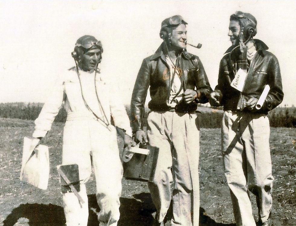 יהודה ארבל במרכז התמונה, בראשית דרכו כטייס (באדיבות המשפחה) (באדיבות המשפחה)