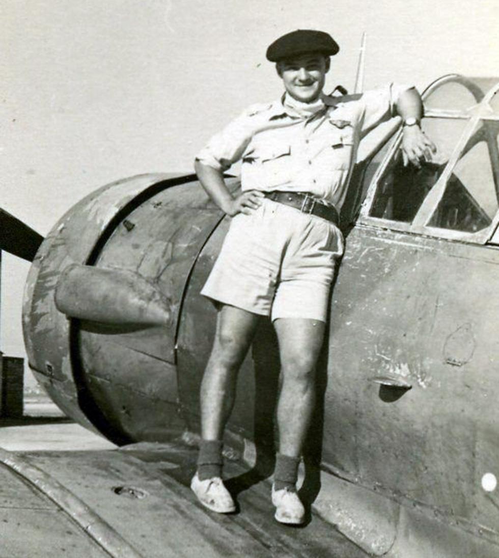 יהודה ארבל בצעירותו על כנף מטוס אימון מדגם הרווארד (באדיבות המשפחה) (באדיבות המשפחה)