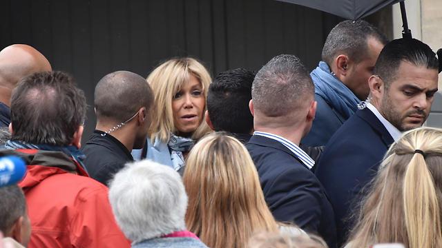 אשתו של מקרון עם תומכיו (צילום: AFP)