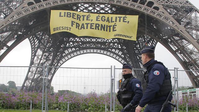 כוחות משטרה נערכים ברחבי פריז (צילום: AP)