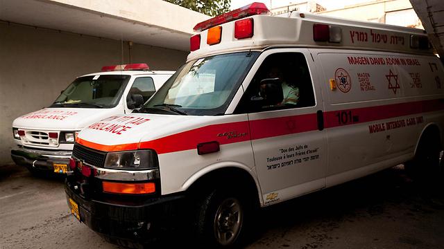 """פונתה באמבלנס מד""""א לבית החולים (צילום: ירון ברנר) (צילום: ירון ברנר)"""