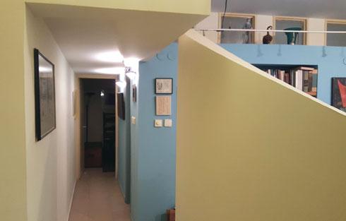 לפני השיפוץ. הקירות הדקורטיביים והבוידעם פורקו (צילום: דלית לילינטל)