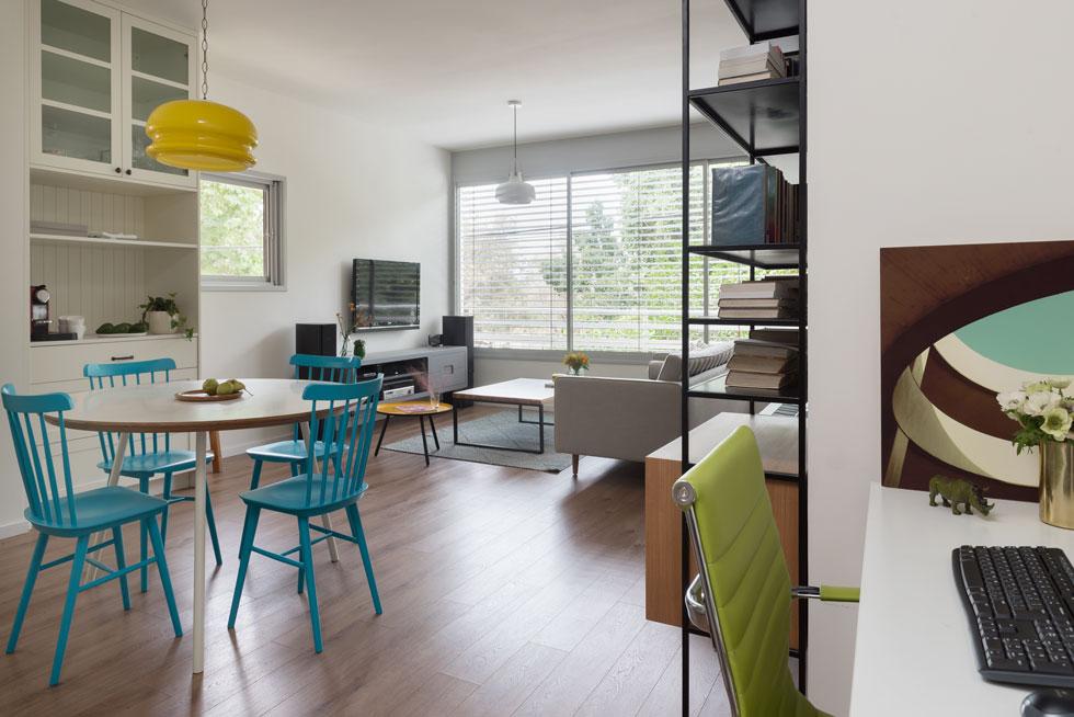 מימין: פינת העבודה שמוקמה בנישה קיימת. הקירות והארונות לבנים, מסגרות החלונות בהירות מאוד, והרצפה בכל הדירה כוסתה בפרקט (צילום:  גלית דויטש)