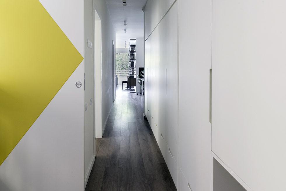 כאשר דלת ההזזה הגבוהה של חדר הילדים מוסטת הצידה, מתקבל ציר ארוך ופתוח (צילום:  גלית דויטש)
