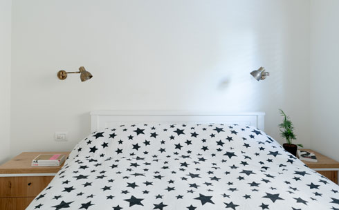 חדר ההורים תוכנן עם מרווח מעבר משני צדי המיטה (צילום:  גלית דויטש)