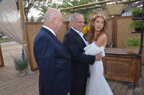 הכלה עם אבא איתן וסבא סטף (צילום: מאיר אוחיון, באדיבות פנאי פלוס)