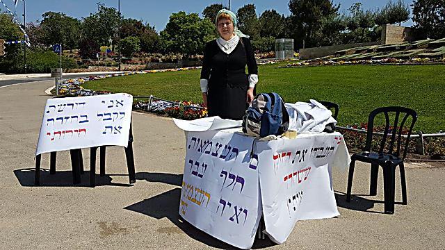 Цвия Городецки голодает перед зданием кнессета. Фото: Коби Нахшони
