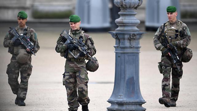 ליד הלובר בפריז, היום בצהריים (צילום: gettyimages)