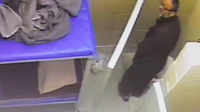 """מנסה להיפטר """"מהראיות"""" בשירותים (צילום: שירות בתי הסוהר) (צילום: שירות בתי הסוהר)"""