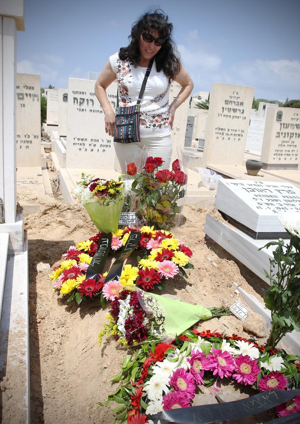 קברה של לילי בחולון (צילום: אבי מועלם) (צילום: אבי מועלם)