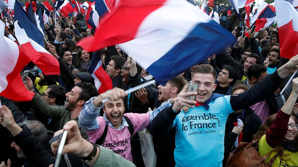 תומכיו של מקרון בצרפת (צילום: רויטרס)