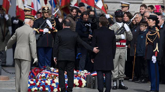 נשיא צרפת והנשיא הנבחר בטקס לציון 72 שנה לניצחון על הנאצים במלחמת העולם השנייה, קבר החייל האלמוני בפריז (צילום: EPA)