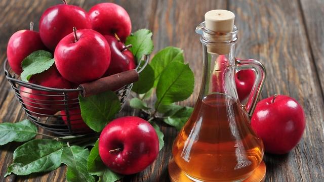 עוזר להילחם בקשקשים. חומץ תפוחים (צילום: shutterstock) (צילום: shutterstock)