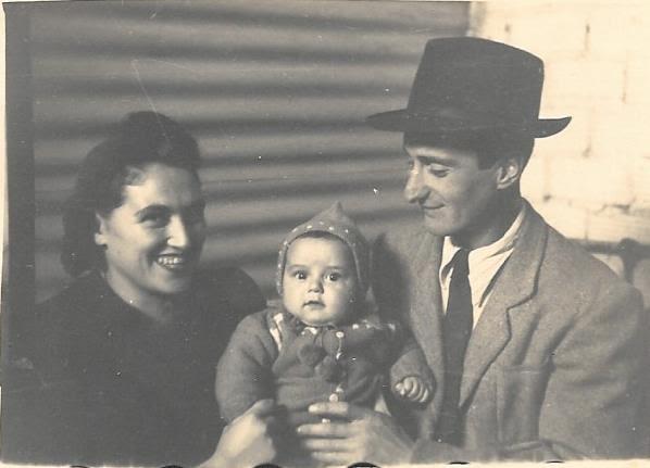 נתן נטע ברוך והוריו במחנה הפליטים בקפריסין.  ()