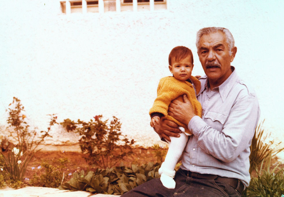 """בילדותה, עם אביה, השחקן יוסי ידין. """"אבא מיוחד מאין כמותו, שהקריא לי לפני השינה את אלתרמן, אורלנד ושלונסקי"""" (צילום: אלבום פרטי)"""