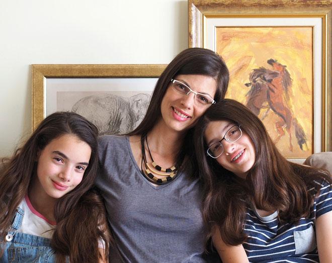 """ידין עם בנותיה עומר וניצן. """"המתנות האמיתיות בחיים הן הרגעים הקטנים"""" (צילום: אדיר רגוניס)"""
