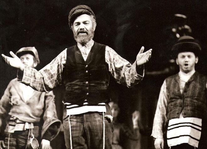 """יוסי ידין ב""""כנר על הגג"""" בווינה - ההצגה שבזכותה הכיר את אמה של נטעלי. """"נרקם סיפור אהבה גדול"""" (צילום: הארי וובר)"""
