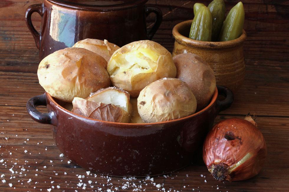 תפוחי אדמה בתנור על מצע של מלח  (צילום, סגנון והכנה: אסנת לסטר)