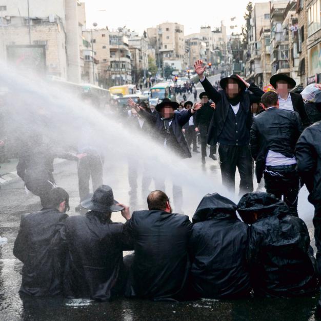 הפגנה של חרדים בצומת בר אילן בירושלים במחאה על גיוס אברך בפברואר. מספרם של אלה שחושבים שחוק הדת יכריע את חוק המדינה הולך וגדל בהתמדה