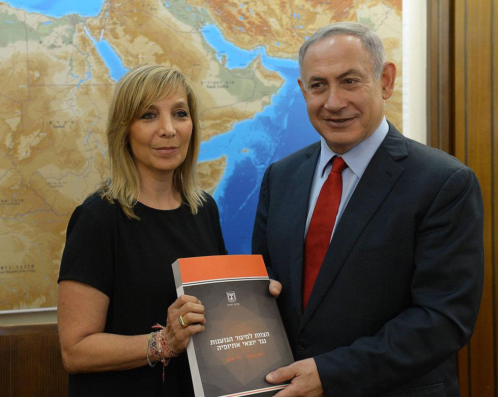 """פלמור מגישה את מסקנות הוועדה לראש הממשלה (צילום: עמוס בן גרשום, לע""""מ)"""