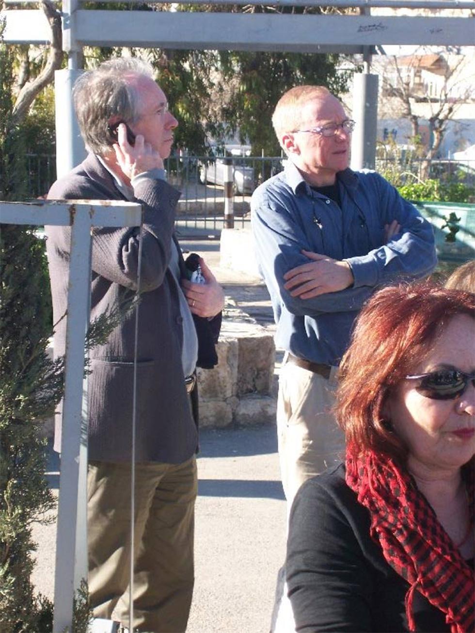 דויד גרוסמן ואיאן מקיואן בשייח ג'ראח ב-2011 (צילום: חן משגב) (צילום: חן משגב)
