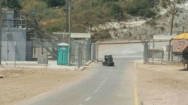 Bomb disposal squad neutralizes the explosives (Photo: Israel Police)
