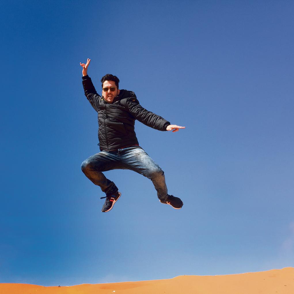 קופץ במדבר. בסהרה, במהלך מסע גמלים בדרך מארפוד למרקש