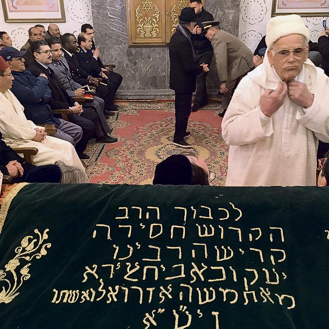 בבית הכנסת של הצדיק רבי יצחק אבוחצירא. מוסלמים ויהודים מתפללים יחד