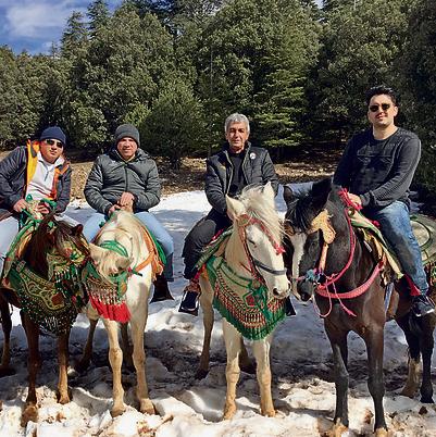 על הסוסים. מימין: אני, אבא שלי, המארח שלנו יצחק ושמעון אמסלם