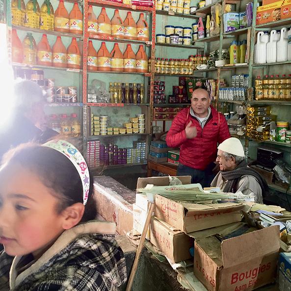 שמעון אמסלם בחנות של מוח'א וואחדו, שאירח אותנו בכפר גוראמה