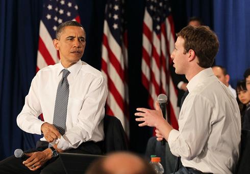 מייסד פייסבוק מארק צוקרברג ונשיא ארצות הברית לשעבר ברק אובמה החליטו לצמצם את אפשרויות הבחירה בחייהם כדי להפחית מתח ולבזבז פחות זמן - שניהם החליטו לא לבזבז זמן  על בגדים (צילום: Gettyimages)