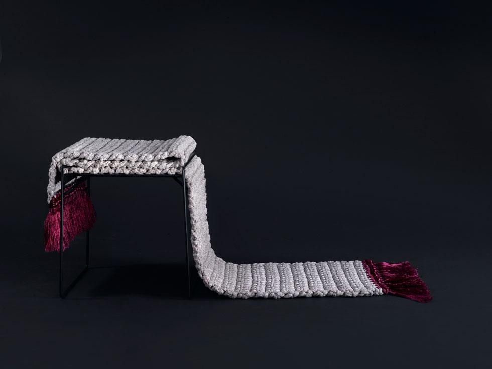 בשרפרף השטיח יש בעיני צור ''פנטזיה. זה מסלול שמסמן רגע לעצור. הייתי רוצה להציב אותו מול יצירת אמנות בלובר, או בתצפית מדברית'' (צילום: רונן מנגן)